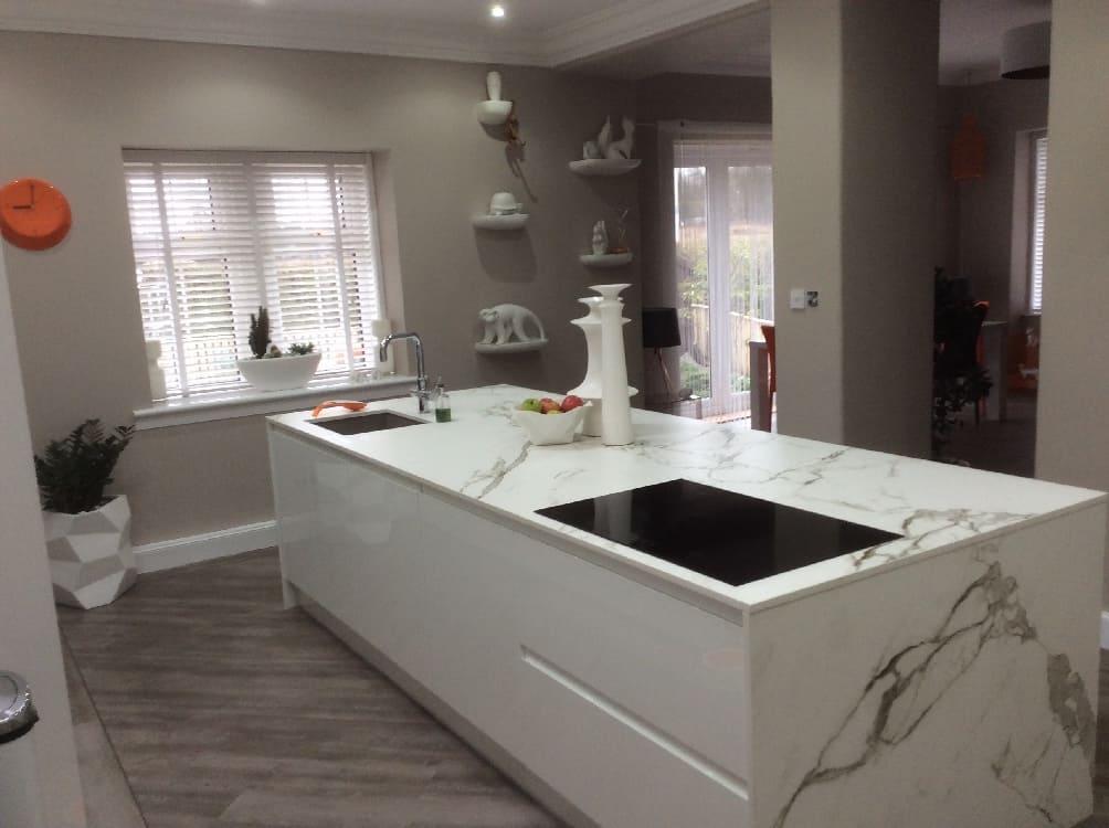 whit egloss handleless kitchen - Kitchen Islands